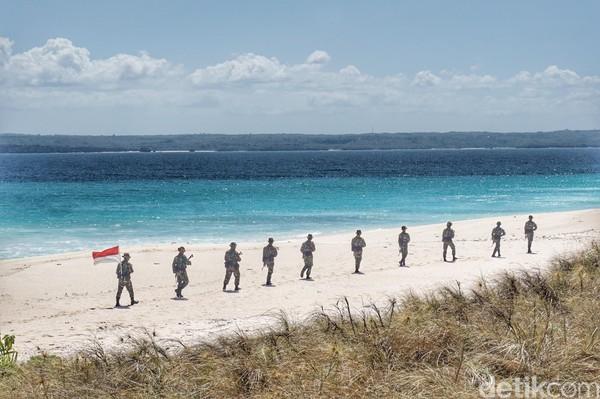 Pulau Ndana, yang berada di bagian paling selatan Kabupaten Rote Ndao memiliki deretan pantai eksotis berpasir putih. Pulau ini pun tak berpenghuni, hanya ditempat oleh Satgas Pengamanan Pulau Terluar dari kesatuan TNI (Afif Farhan/detikcom)