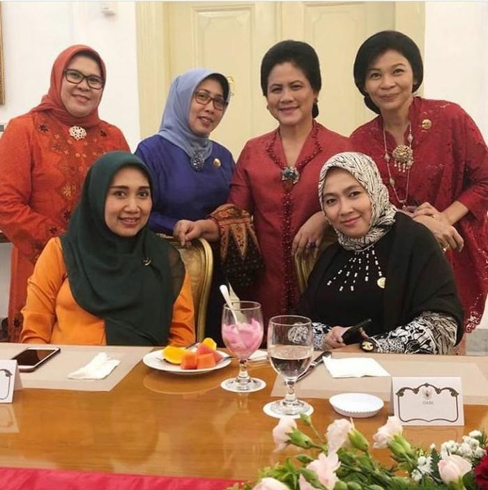 Dalam acara resmi, Shobibah kerap berpose bersama dengan ibu-ibu lain. Nampak Ibu Negara Iriana berdiri tepat di belakang Shobibah. Foto: Instagram @obib_nahrawi