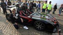 Mobil Super Listrik Jadi Ajang Selfie Pengunjung Monas