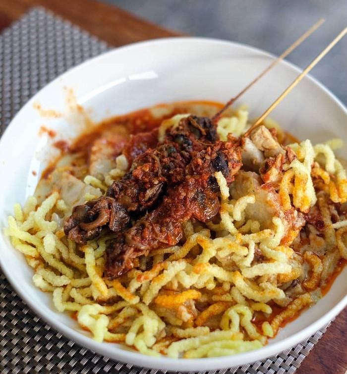 Racikan ketupat glabed ini terdiri dari potongan ketupat ditambah sayur gurih berisi sayuran dengan kuah kuning yang gurih. Ditambah kerupuk mie yang renyah. Foto : Instagram @tegal.fnb