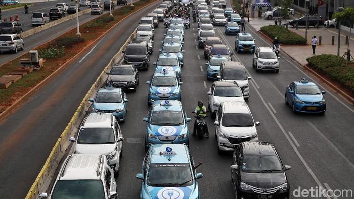 Pemprov DKI Jakarta menggelar konvoi mobil listrik dari Gelora Bung Karno ke Monas, Jumat (20/9/2019). Konvoi dipimpin oleh GUbernur DKI Jakarta Anies Baswedan.