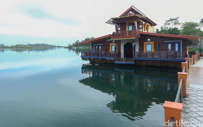 Pulau Simeulue, Aceh, memiliki beragam potensi pariwisata menarik, salah satunya adalah wisata bahari. Bagi para wisatawan yang ingin berkunjung ke salah satu pulau terluar di Indonesia itu tak perlu khawati mengenai penginapan. Di Kota Sabang, misalnya, ada sebuah hotel unik yang menarik untuk dikunjungi.