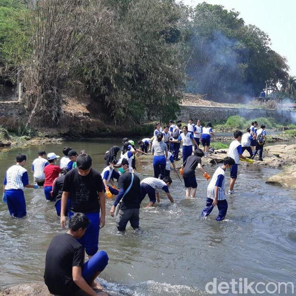 Kala Pelajar Jakarta Ikut Terjun Bersihkan Sungai di Cilebut Bogor