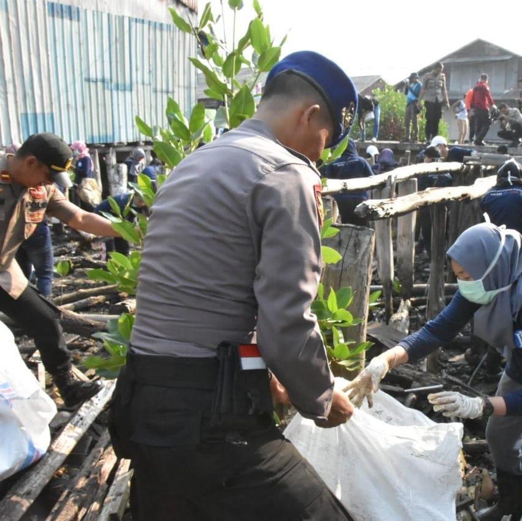Masyarakat Tanjungpinang di Kepri Goro Bersihkan Sampah di Laut