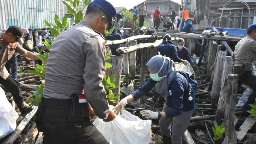 Masyarakat Tanjungpinang di Kepri Goro Bersihkan Laut dari Sampah