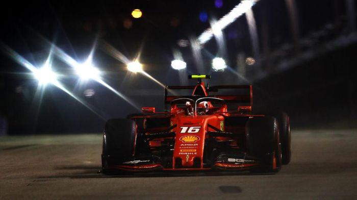 Charles Leclerc merebut pole position di GP Singapura (Foto: Lars Baron/Getty Images)