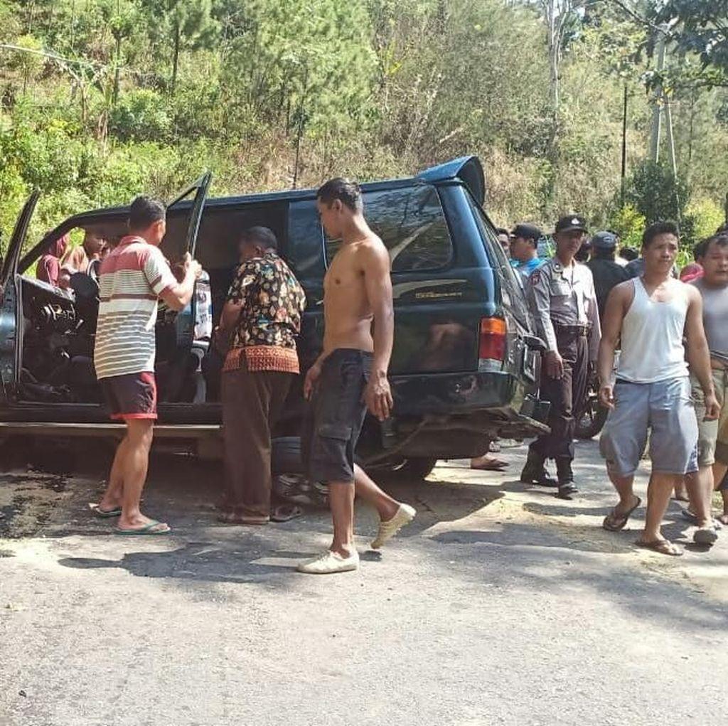 MPV Tabrak Tebing di Trenggalek, 1 Orang Tewas dan 2 Luka Berat