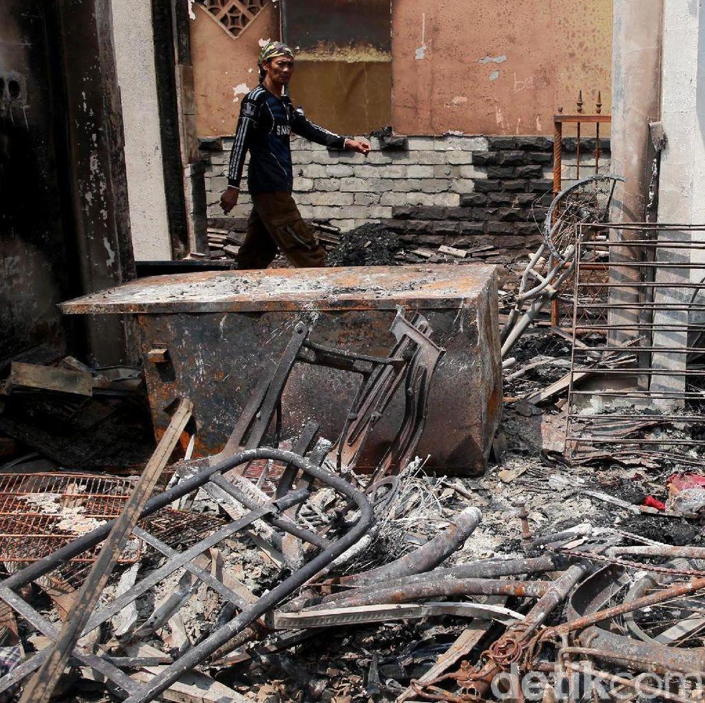 Korban Kebakaran di Jatinegara Mengungsi di Tenda dan Masjid