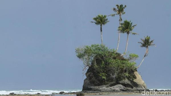 Pulau Simeulue yang berada di kawasan Aceh juga memiliki beragam objek wisata menarik. Tak cuma memiliki ombak yang menantang hingga menarik para pencinta surfing berselancar di sana, Pulau Simeulue juga punya beragam objek wisata menarik lainnya, salah satunya adalah pulau Spongebob yang ikonik. Rifkianto Nugroho/detikcom.