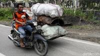 Tak hanya digunakan untuk mengantar penumpang, becak pun digunakan warga untuk mengantar barang.