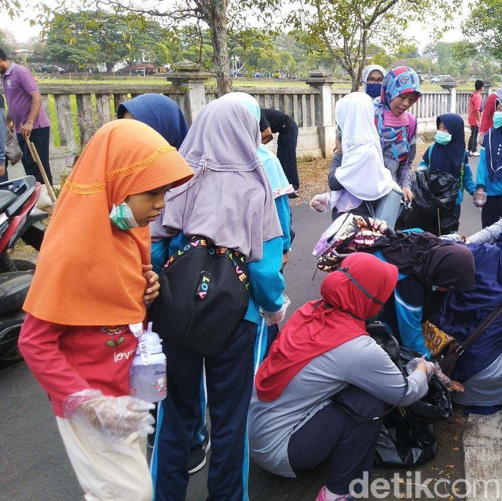World Clean Up Day, Ratusan Warga Ciamis Punguti Sampah di Jalan