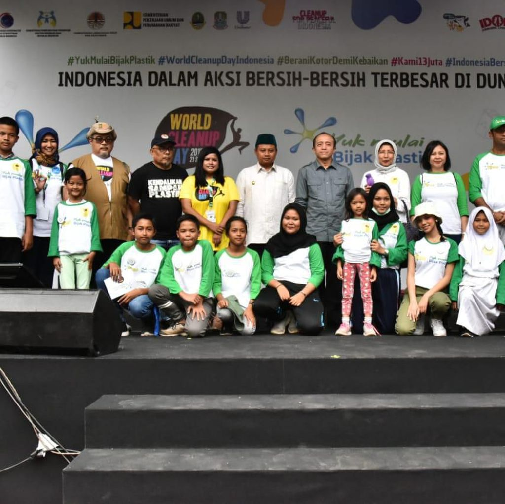Wagub Uu Ajak Warga Pungut Sampah di World Cleanup Day