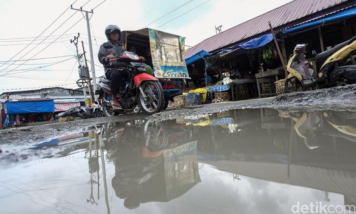 Warga yang tinggal di kota-kota besar yang berada di Pulau Simeulue, Aceh, menggunakan becak untuk beraktivitas sehari-hari.