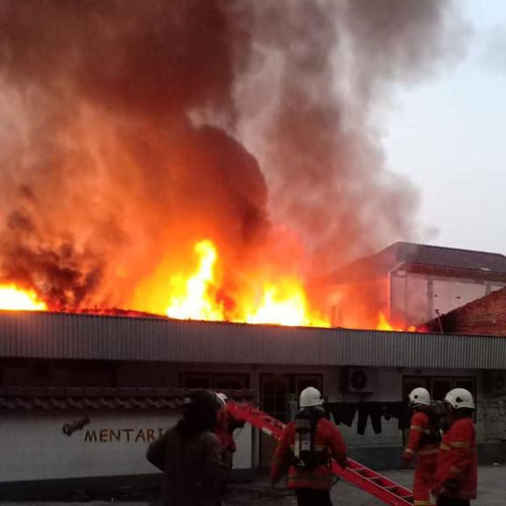 Sebuah Toko Mebel di Surabaya Hangus Terbakar