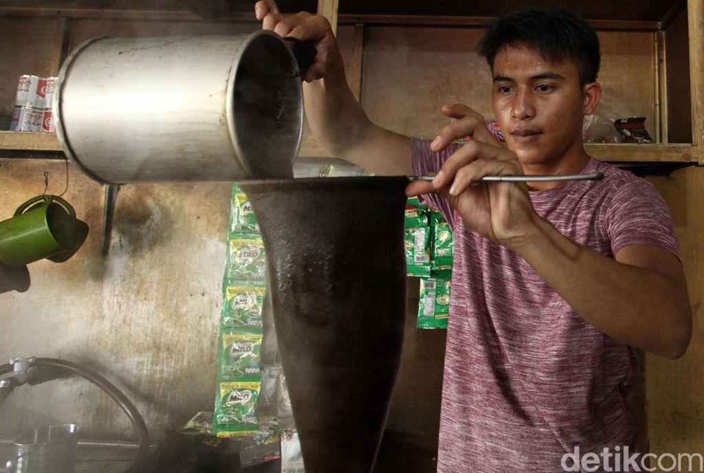 Kopi gayo merupakan salah satu komoditi unggulan Aceh. Kopi tarik pun jadi salah satu kuliner yang tak boleh dilewatkan saat berkunjung ke Pulau Simeulue, Aceh.