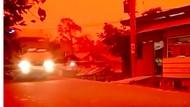 Langit Merah Gelap Nan Berbahaya karena Kabut Asap