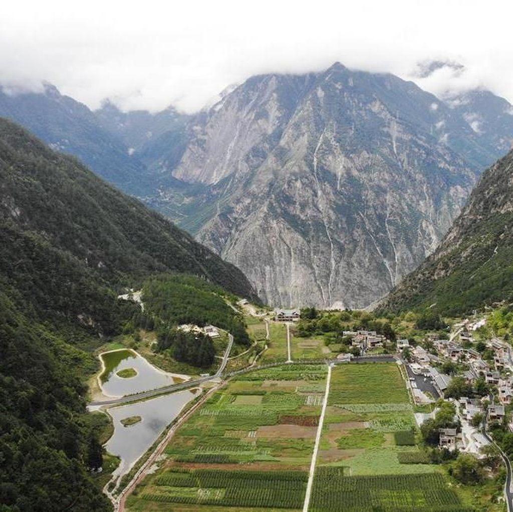 Terowongan Tembus Gunung Ini Sulap Penduduk Miskin Jadi Kaya