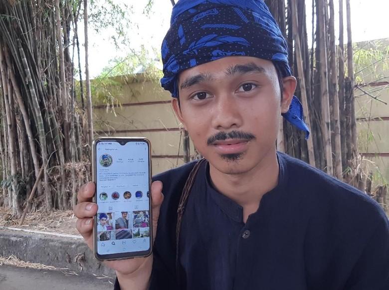 Mursid Rela Naik Turun Bukit demi Sinyal agar Bisa Jual Online Produk Baduy