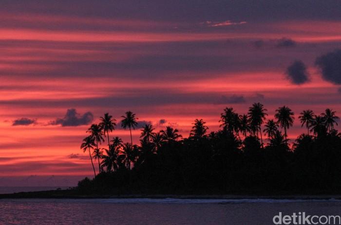 Keindahan alam Kota Sinabang, Pulau Simeulue, Aceh, di kala siang memang memesona. Namun, panorama alam wilayah itu di kala matahari terbenam juga memukau.