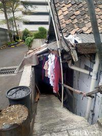 Pihak Thamrin Executive Residence menjelaskan, rumah tersebut sudah ada sebelum apartemen dibangun.