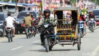 Meski terlihat mirip seperti betor atau becak motor, transportasi ini disebut warga sebagai becak.