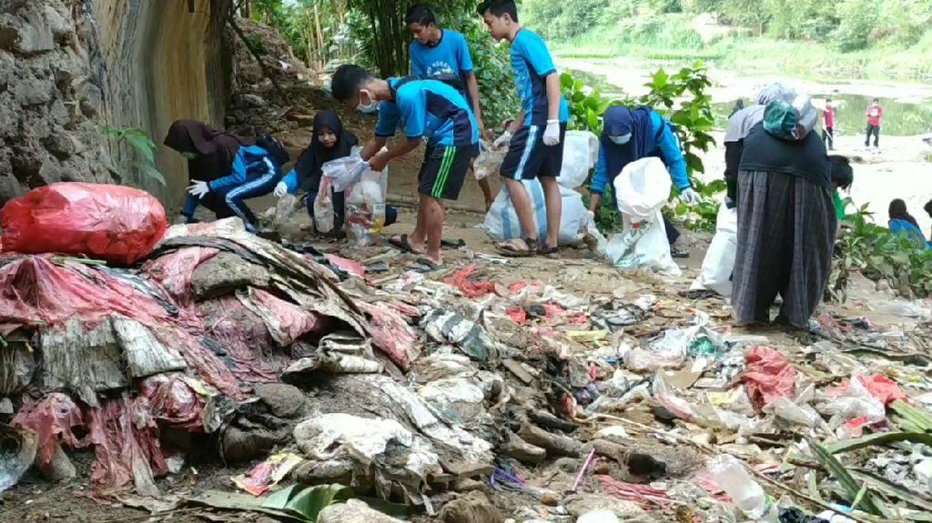 Miris! Sampah Menumpuk di Sungai Grindulu Pacitan