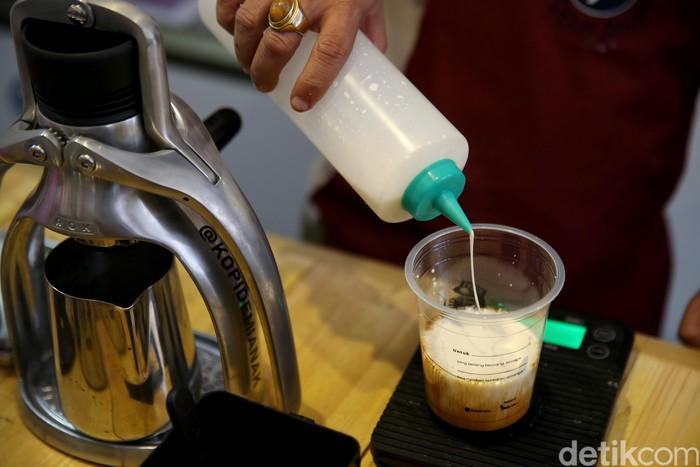 Terlebih, dengan beragam varian kopi yang ditawarkan juga nggak kalah menarik dengan kedai kopi lainya yang sudah ada. Belum lagi dengan harganya yang relatif aman di kantong. (FOTO: Rachman Haryanto/detikcom)