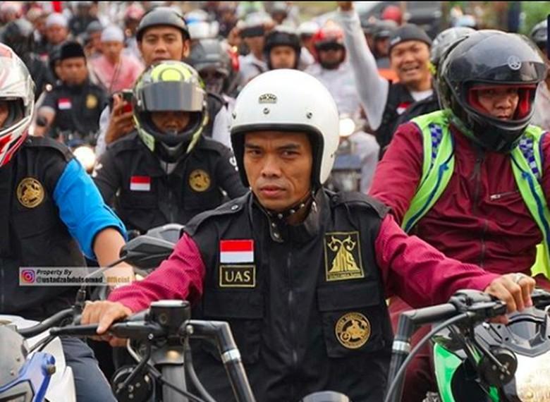 UAS saat menunggangi motor beberapa waktu lalu. Foto: Screenshot Instagram Ustaz Abdul Somad
