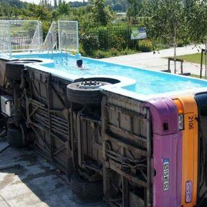 Bus Tua Disulap Jadi Kolam Renang, Begini Jadinya!
