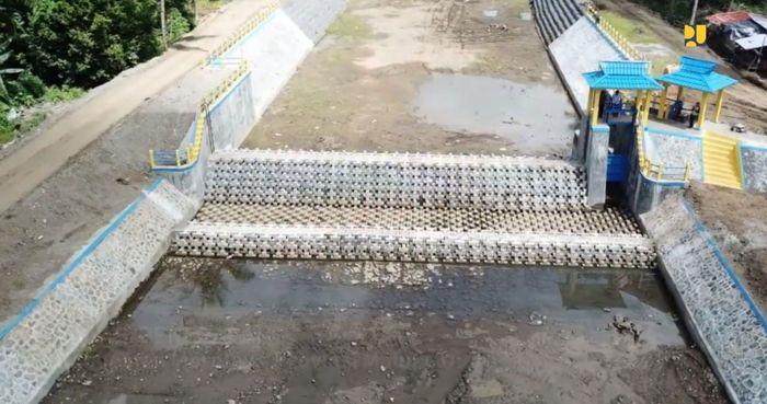 Bendung ini terbuat dari susunan blok-blok beton yang saling mengikat dan mengunci sehingga membentuk struktur ambang dan pelimpah bendung. Istimewa/Kementerian PUPR.