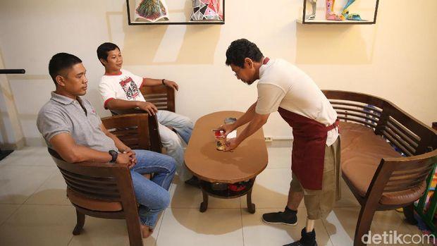 Ichwan melayani pelanggan.