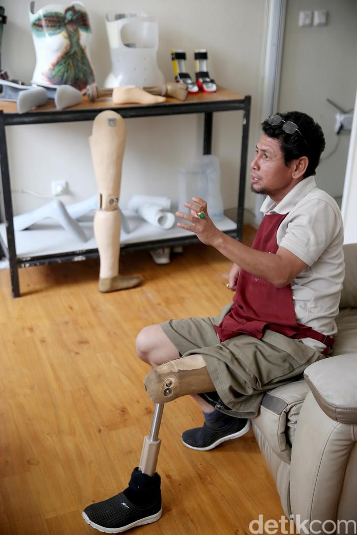 Kedai kopi ini berlokasi sama dengan workshop prostetik dan ortotik DARE miliknya, hanya berbeda lantai. Lantai 1 dimanfaatkan untuk kedai kopi, sementara lantai 2 untuk Office dan lantai 3 nya workshop DARE. (FOTO: Rachman Haryanto/detikcom)