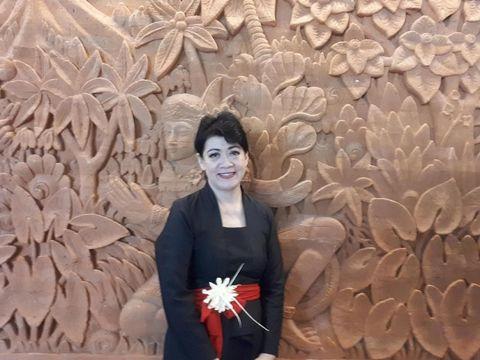 Seniman Teresa Maria Ineke Turangan membuat kalung dari janur