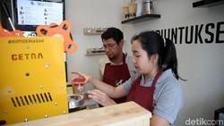 Ada banyak cara untuk memberdayakan kaum disabilitas atau difable. Salah satunya seperti dilakukan oleh kedai kopi Demi Anak di Bekasi berikut ini.