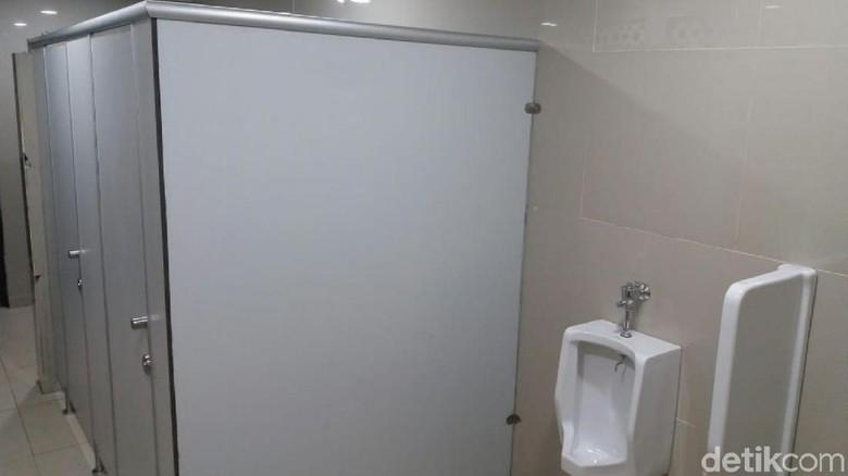 Foto: Toiletnya sekarang sudah dipasang sekat (Dadang Hermansyah/detikcom)