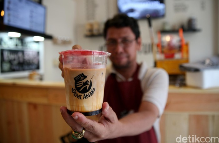 Kedai kopi Demi Anak ini berlokasi di Grand Galaxy City Ruko Sentra Komersial Blok RSK 2 no. 39 Bekasi. Setelah ini rencananya akan hadir juga di beberapa kota-kota lainnya. Coki juga berencana akan tetap menjadikan teman disabilitas sebagai barista. Tujuannya adalah memberikan lapangan pekerjaan bagi para kaum difabel. (FOTO: Rachman Haryanto/detikcom)