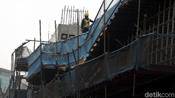 Pemerintah terus mempercepat penyelesaian pembangunan proyek tol Bekasi-Cawang dan Kampung Melayu (Becakayu) Seksi 2A. Tampak geliat para pekerja terlihat saat menyelesaikan pembangunan proyek jalan tol Becakayu Seksi 2A, di kawasan Kalimalang Bekasi Barat, Kota Bekasi, Jawa Barat, Minggu (22/09/2019).