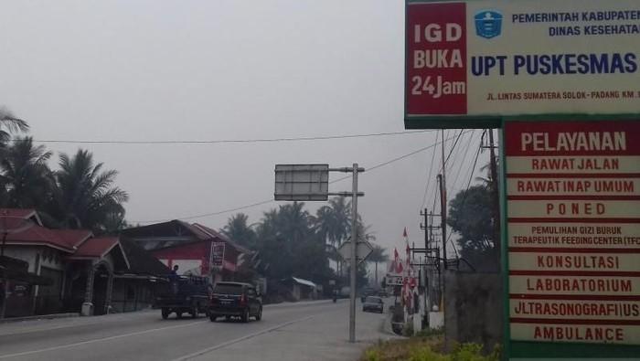 Kondisi kabut asap di Nagari Talang, Kecamatan Gunung Talang, Kabupaten Solok, Minggu (22/9/2019), yang jarak pandangnya kurang dari 1 km. (Antara/Tri Asmaini)
