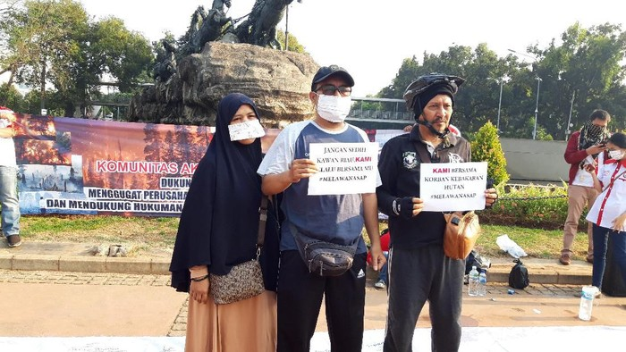 Foto: KAMI menggelar aksi di kawasan CFD Jalan MH Thamrin terkait karhutla di Riau. (Rahel Narda Chaterine/detikcom)