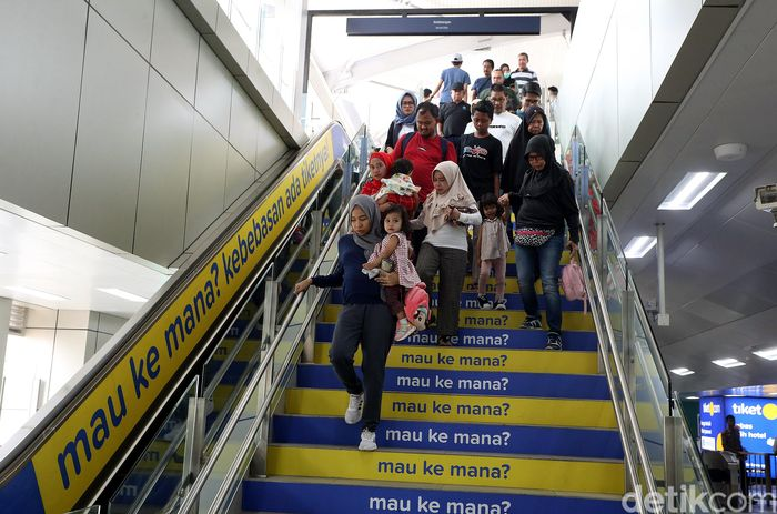 Warga memadati stasiun MRT Bundaran HI, Jakarta, Minggu (22/9/2019).