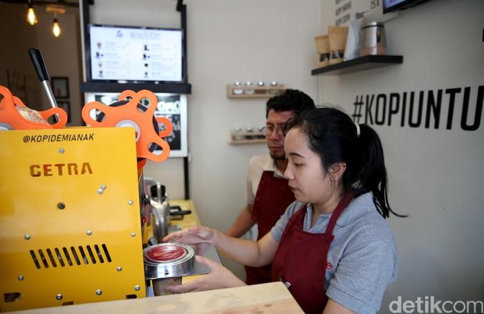 Kedai kopi Demi Anak ini memang baru saja dibuka Agustus 2019 lalu. Namun, animo masyarakat sudah cukup ramai karena letaknya di lokasi perkantoran yang memang kalau malam untuk lokasi kulineran. (FOTO: Rachman Haryanto/detikcom)