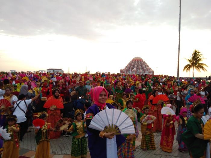 Flash mob Tari Pakarena digelar di Anjungan Pantai Losari, Makassar, Sulsel.