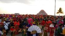 Flash Mob Tari Pakarena di Pantai Losari Buat Bule Inggris Terpukau