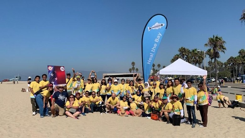 WNI Bersih-bersih sampah di Pantai Santa Monica (dok. KJRI Los Angeles)