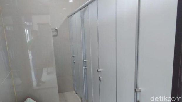 Toilet Tanpa Sekat di Stasiun Ciamis Akhirnya Pakai Sekat