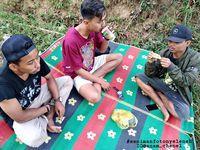 Aksi Nyeleneh Tukang Gorengan Jualan di Atas Pohon Curi Perhatian Netizen