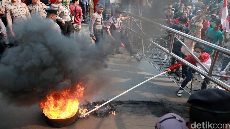 Aksi bakar ban. Foto: Ari Saputra