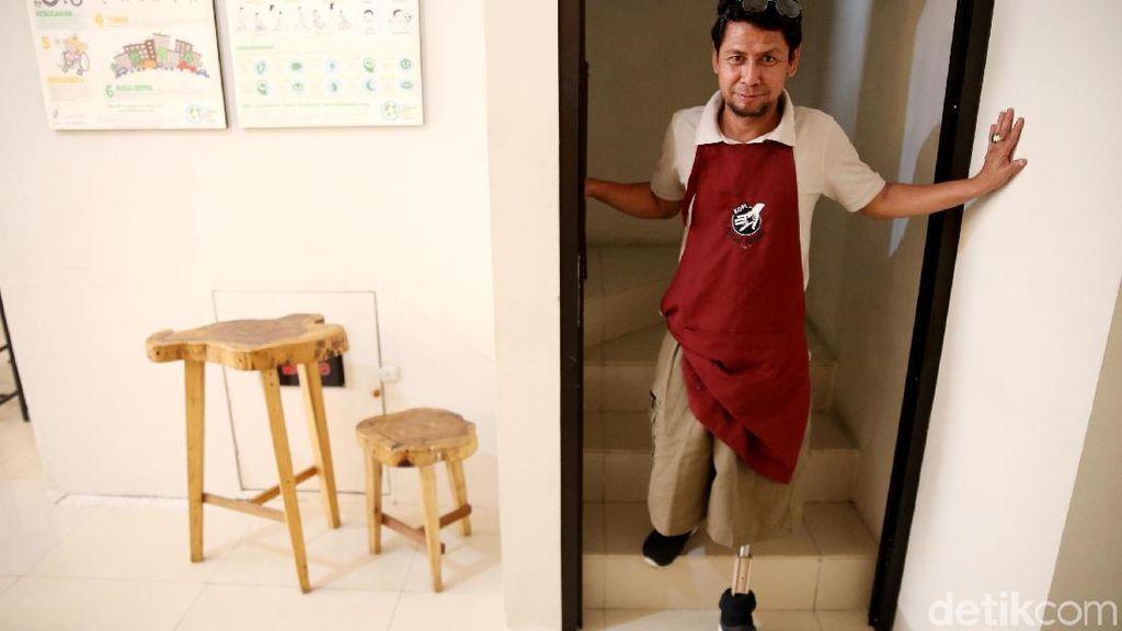 Amputasi Tak Patahkan Semangat Ichwan, Barista dengan Satu Kaki di Bekasi