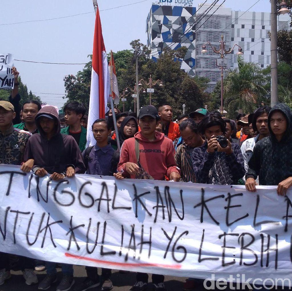 Ribuan Mahasiswa Ciayumakuning Demo Tolak UU KPK Baru dan RKUHP