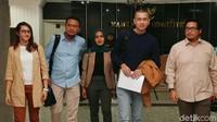 Faldo Maldini bersama sejumlah politisi muda lainnya seperti Tsamara Amany, Dara Adinda Kesuma Nasution dan Cakra Yudi Putra mengajukan gugatan uji materi UU Pilkada ke Mahkamah Konstitusi (MK) terkait batasan usia kepala daerah, Jakarta, Senin (23/9/2019).